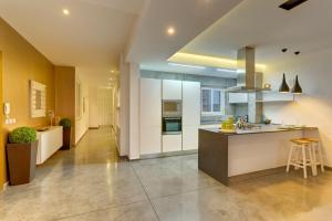 Køkken eller tekøkken på Luxury 3BR Apartment with Marina Views