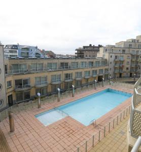 Vue sur la piscine de l'établissement Appartement Zeezicht ou sur une piscine à proximité
