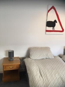 Tempat tidur dalam kamar di red deer cottage