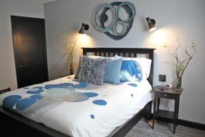 A bed or beds in a room at The Serenity Suite