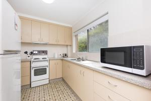 A kitchen or kitchenette at Dolphin Court 1/48 North Street