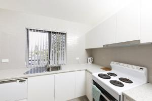 A kitchen or kitchenette at Breakers unit 3