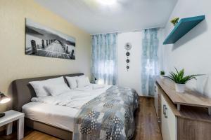 سرير أو أسرّة في غرفة في Enjoy Budapest Aparthotel