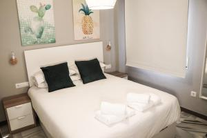 A bed or beds in a room at Rio Marinas Apartments Casasol