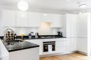 A kitchen or kitchenette at Bright 2 bed flat in Marylebone