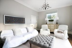 A seating area at Stunning 4 Bedroom House in Balham