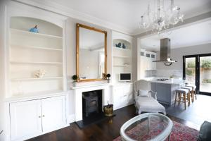 A kitchen or kitchenette at Stunning 4 Bedroom House in Balham