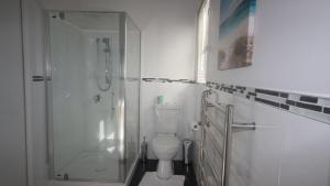 Ein Badezimmer in der Unterkunft Redwoods Manor