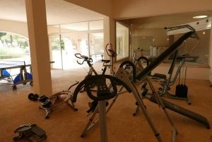 The fitness center and/or fitness facilities at Appartement luxueux à 100m de la plage