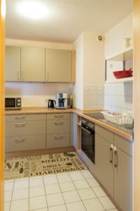 A kitchen or kitchenette at Apartement Große Brüdergasse