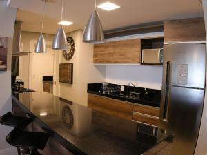 A cozinha ou cozinha compacta de Aptos de Luxo Centro Gramado (Via Florida)