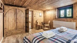 A bed or beds in a room at Tatrzański Domek