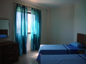 Un pat sau paturi într-o cameră la Belmont Court Apartments