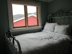 A bed or beds in a room at Caplin Cottage