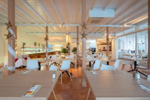 A restaurant or other place to eat at Hotel Club Siroco - Adults Only