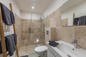 A bathroom at MADIZEN