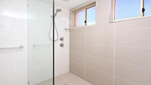 A bathroom at Alinga Unit 4, Amazing Ocean Views