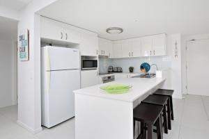 A kitchen or kitchenette at Kings Edge Unit 1, 34 Esplanade (Princess Lane)