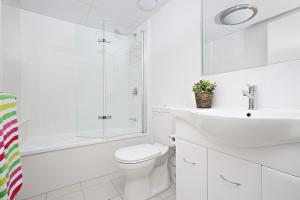 A bathroom at Kings Edge Unit 1, 34 Esplanade (Princess Lane)