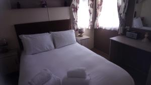 A bed or beds in a room at Fairway Coghurst