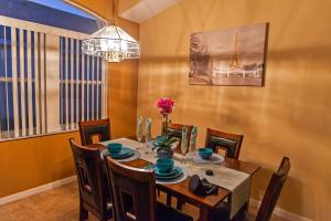 Ruang makan di rumah liburan