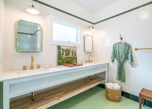 A bathroom at The Bungalows at Calistoga