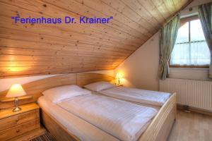 Gulta vai gultas numurā naktsmītnē Ferienhaus Christina & Haus Dr. Krainer