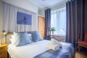 A bed or beds in a room at Cosy Central Glasgow Green home near Merchant City