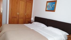 Een bed of bedden in een kamer bij Apartamentos Latin