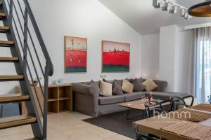Ein Sitzbereich in der Unterkunft 137m² homm New Apartment with Acropolis View 7ppl