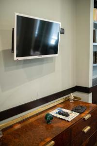 A television and/or entertainment centre at Two Sisters Suites by Dimorra