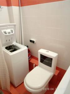 A bathroom at Cozy Apartment With Side View of Acropolis