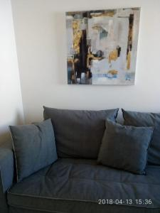 A seating area at Cozy Apartment With Side View of Acropolis