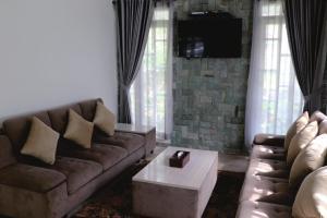 A seating area at Diyar Villas Puncak M6/11