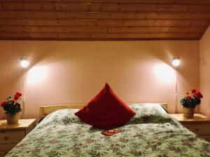 A bed or beds in a room at Mannimaatila LUX