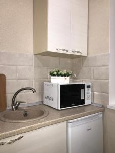A kitchen or kitchenette at улица Профинтерна
