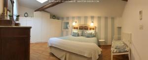 Een bed of bedden in een kamer bij Romantic and Charming Apartments