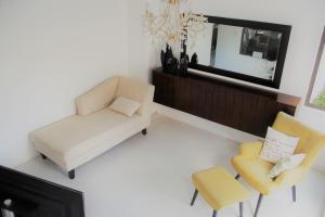 A seating area at Villa Pied Dans L'eau