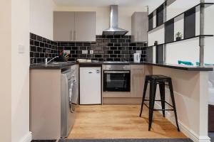 A kitchen or kitchenette at Delightful studio in the town centre