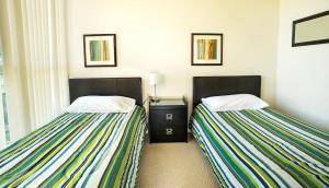 En eller flere senger på et rom på Pathway Suites