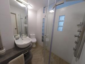 A bathroom at Mejor imposible!