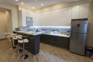 Кухня или мини-кухня в Old Tbilisi Luxurious Apartment