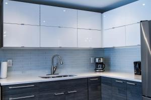 A kitchen or kitchenette at Spacious 3 Bdrm home near downtown
