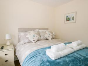 A bed or beds in a room at 3 School View, Ulverston