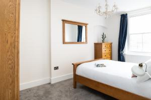 A bed or beds in a room at Hampstead High Street