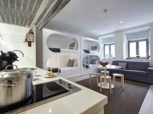 A kitchen or kitchenette at Porto Downtown Lovers Suites: Bombarda 451