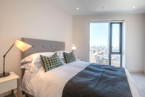 A bed or beds in a room at Elegant Victoria Home close to Sloane Square