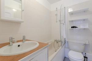 Salle de bains dans l'établissement Charming 1BD w/ Lofty Ceilings & Large Garden
