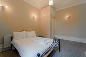 Un ou plusieurs lits dans un hébergement de l'établissement Charming 1BD w/ Lofty Ceilings & Large Garden