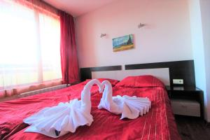 A bed or beds in a room at Mountview Lodge Apartments